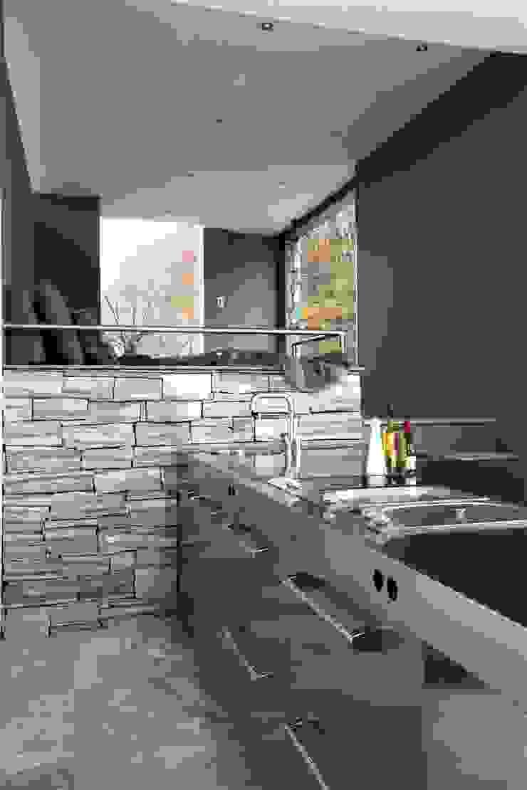 Poolhouse in graniet Arend Groenewegen Architect BNA Moderne keukens IJzer / Staal Grijs