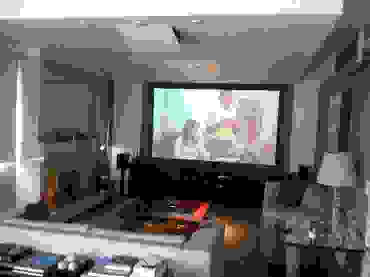 Telão em apartamento Salas de estar modernas por Audiohome Moderno Madeira Efeito de madeira
