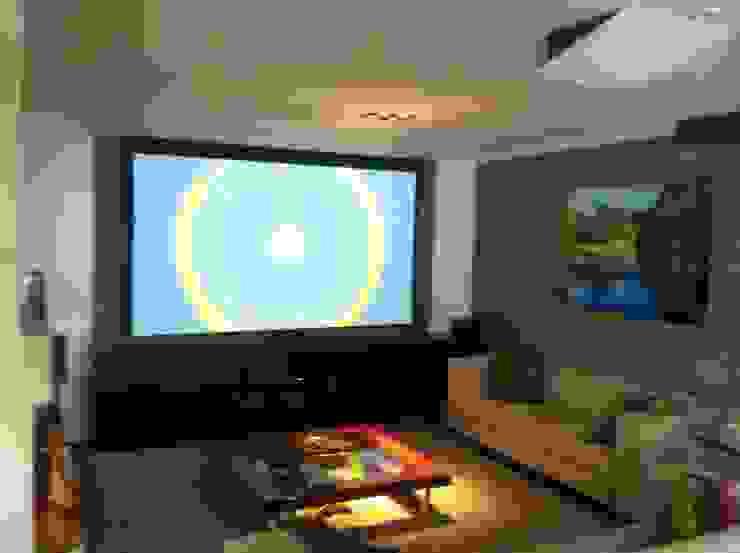 Telão em apartamento2 por Audiohome Moderno Madeira Efeito de madeira