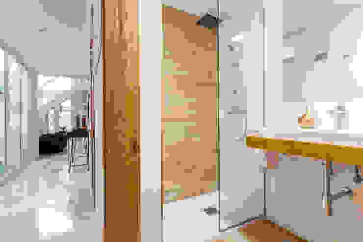 Modern bathroom by Pablo Cousinou Modern