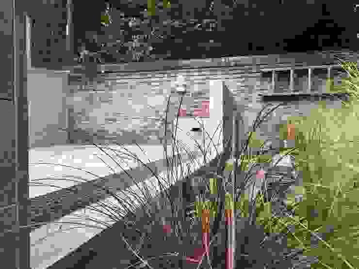 Modernist garden design, Tring, Hertfordshire Minimalist style garden by Decorum . London Minimalist Wood-Plastic Composite