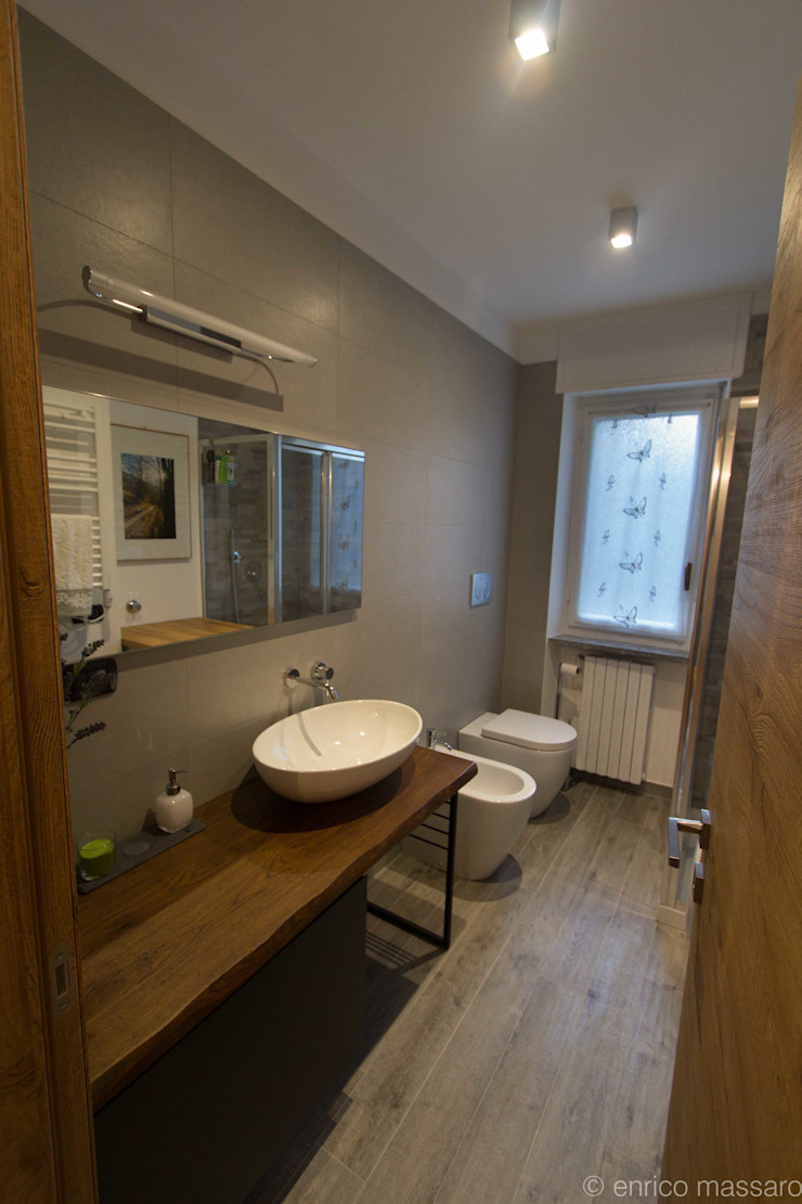 enrico massaro architetto Salle de bain moderne Céramique Effet bois