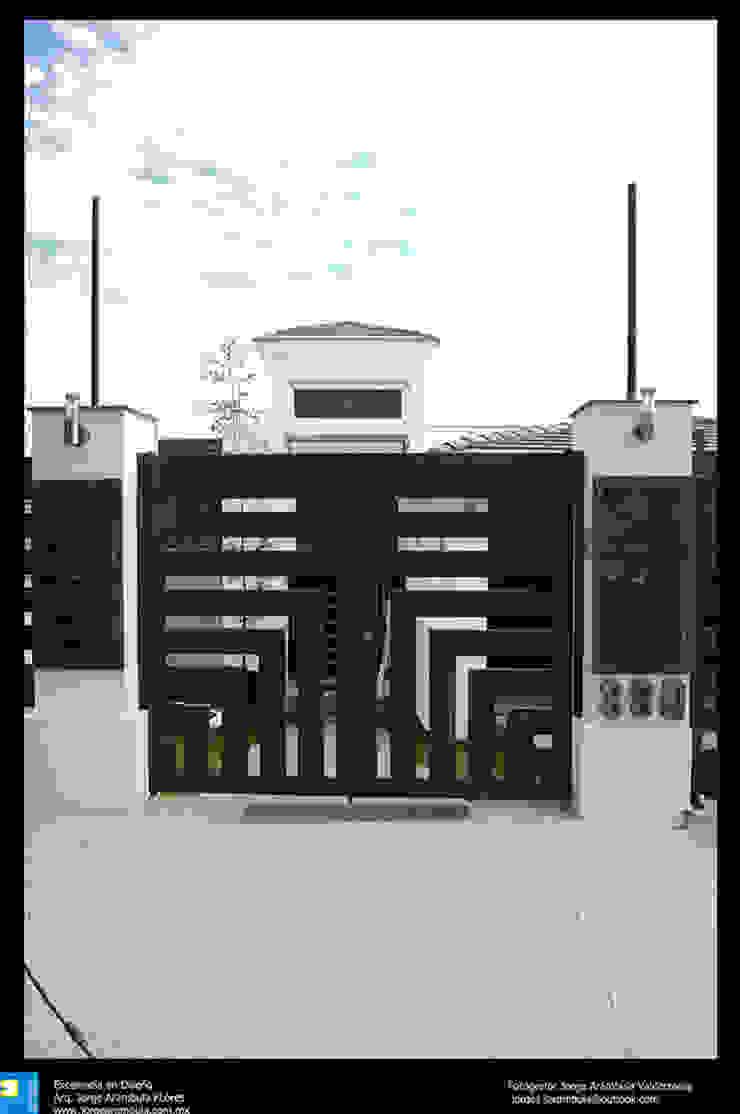 puerta exterior de ingreso Casas modernas de Excelencia en Diseño Moderno Hierro/Acero