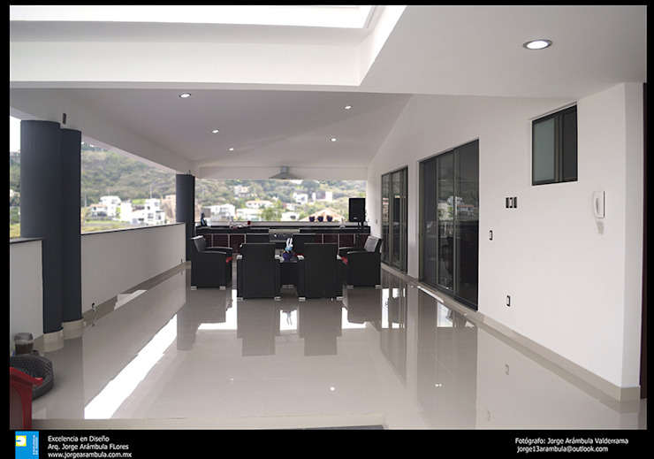 Modern balcony, veranda & terrace by Excelencia en Diseño Modern Ceramic