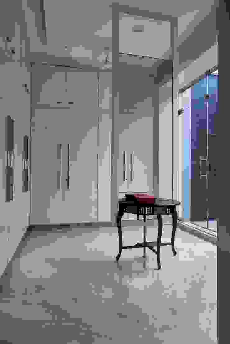 Simple straight lines Minimalist dressing room by Cubism Minimalist