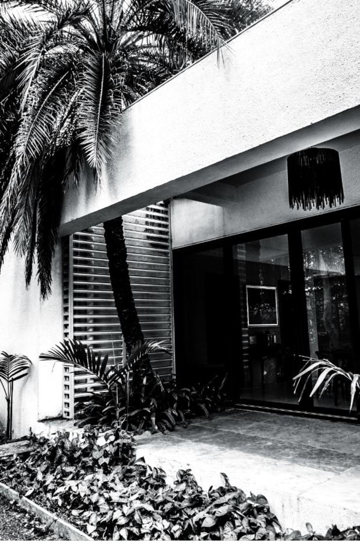 P House Tropical style houses by Studio A Tropical