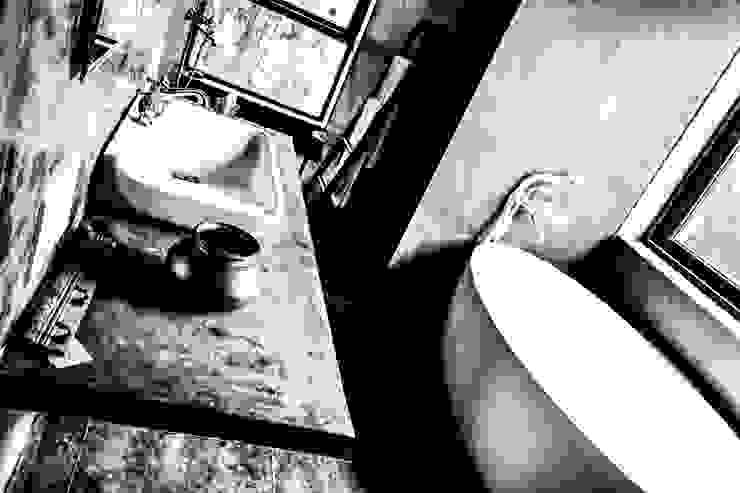 P House Tropical style bathroom by Studio A Tropical