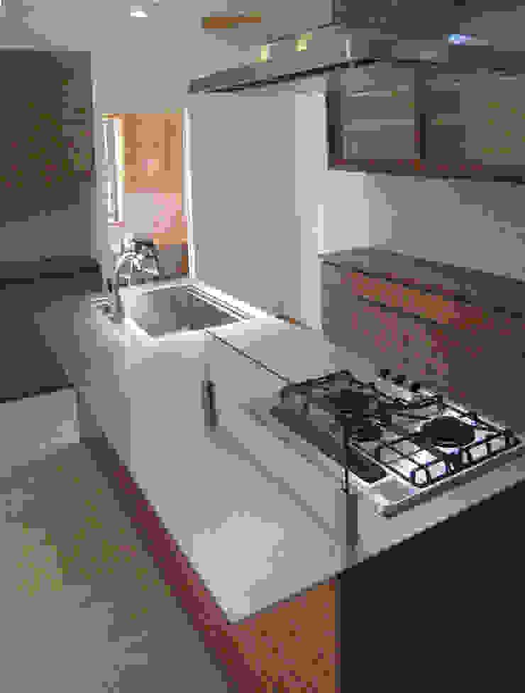 真美の家 モダンな キッチン の 株式会社 atelier waon モダン