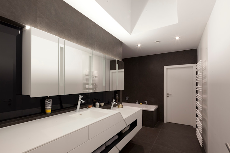 Modern style bathrooms by PASCHINGER ARCHITEKTEN ZT KG Modern MDF
