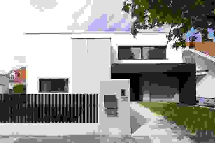 Casas modernas de PASCHINGER ARCHITEKTEN ZT KG Moderno Madera maciza Multicolor