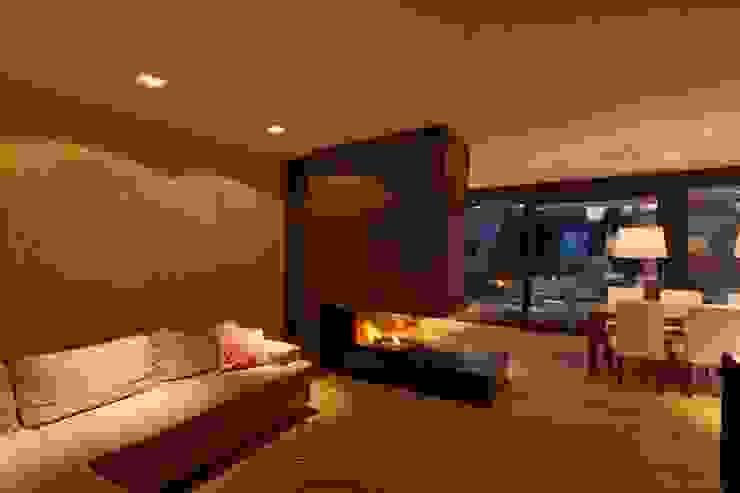 Wohnen am Pool - Wohnzimmer mit Kamin Moderne Wohnzimmer von PASCHINGER ARCHITEKTEN ZT KG Modern Beton