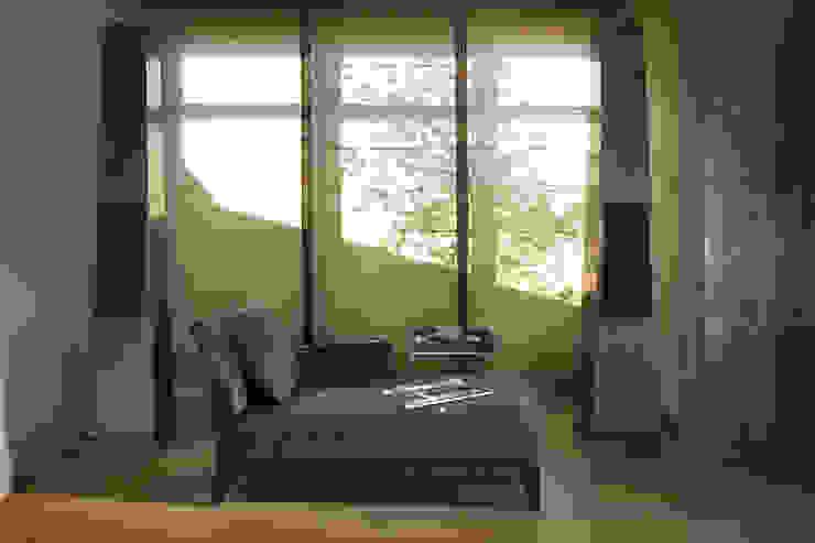 Część wypoczynkowa Minimalistyczny salon od Intelidom Group Sp. z o.o. Minimalistyczny