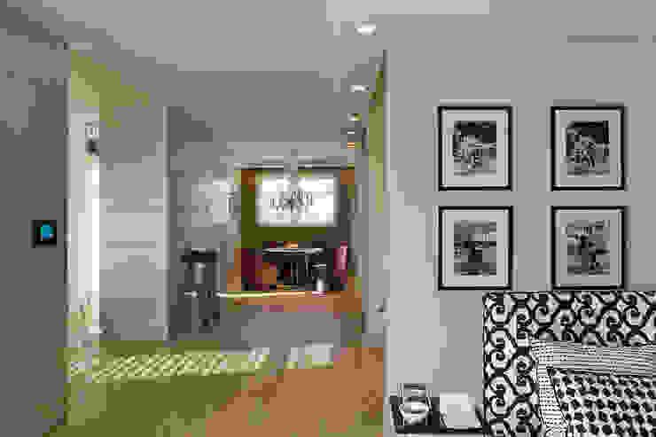 Widok mieszkania Minimalistyczny salon od Intelidom Group Sp. z o.o. Minimalistyczny