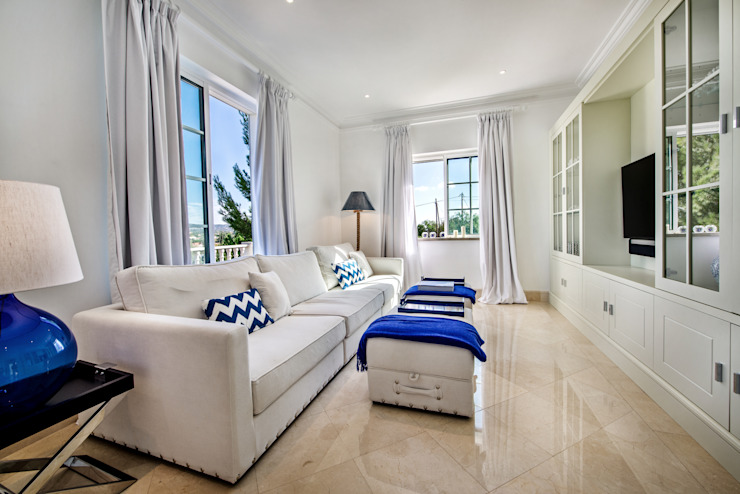 VILAMOURA . INTERDESIGN: Sala de estar  por Interdesign Interiores,
