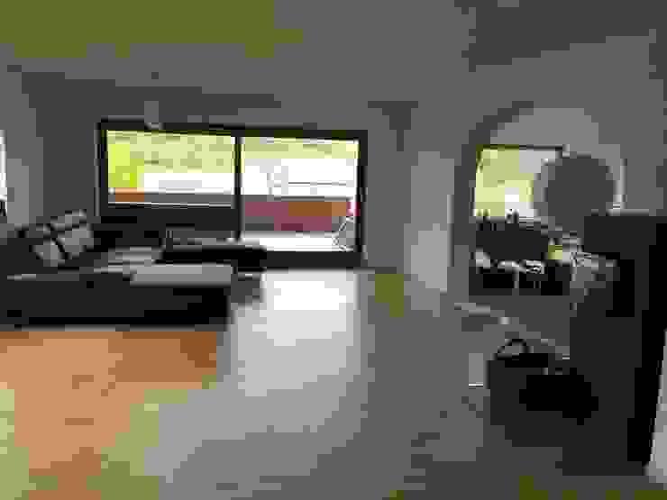 wohnzimmer mit geöffnetem durchgang in den essbereich von mick enzenross kommunikations architektur