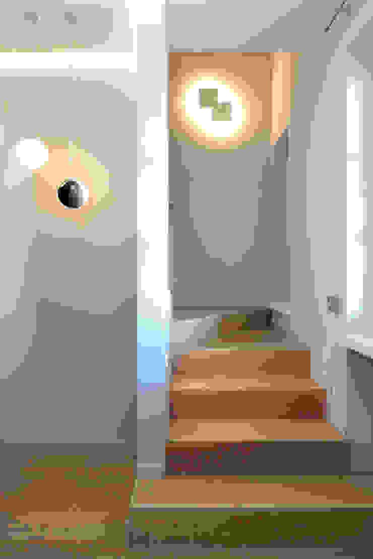 Pasillos, vestíbulos y escaleras modernos de architetto roberta castelli Moderno