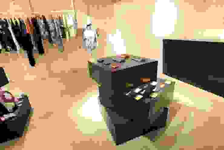 ROGGYKEI STORE インダストリアルデザインの 多目的室 の TOOP design works インダストリアル