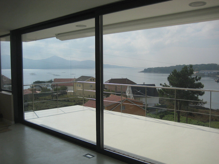 Vista de la ensenada desde la sala de estar Salones de estilo moderno de MIGUEL VARELA DE UGARTE, ARQUITECTO Moderno