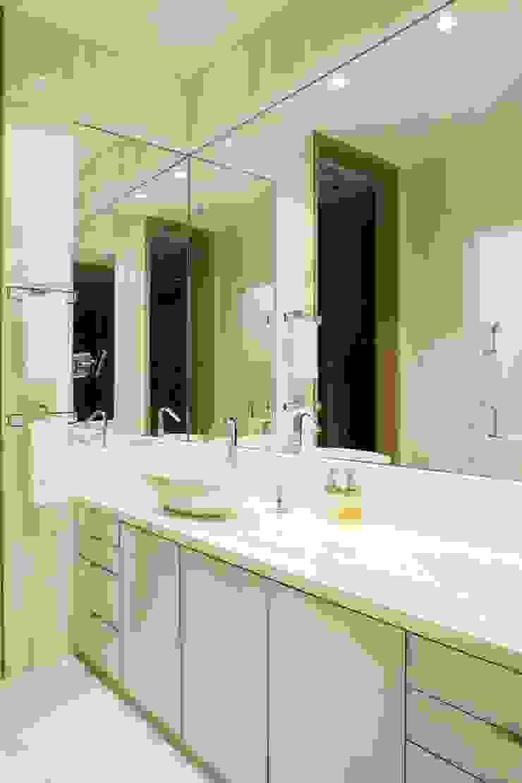 Rousseau Arquitectos Modern bathroom