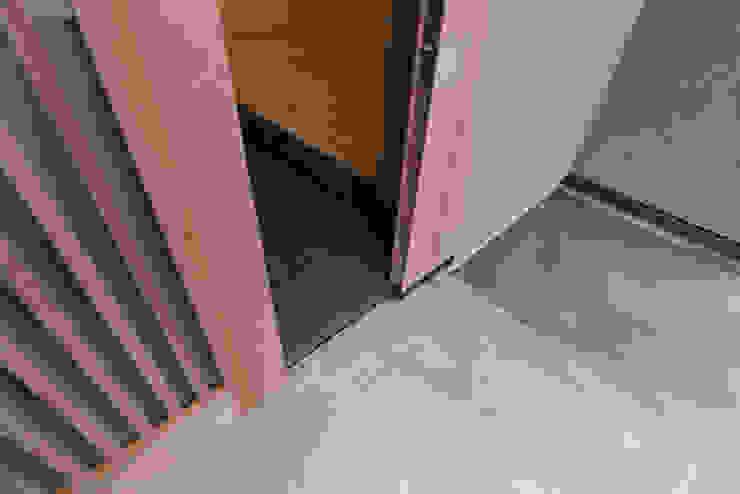玄関戸 ミニマルスタイルの 玄関&廊下&階段 の 家山真建築研究室 Makoto Ieyama Architect Office ミニマル
