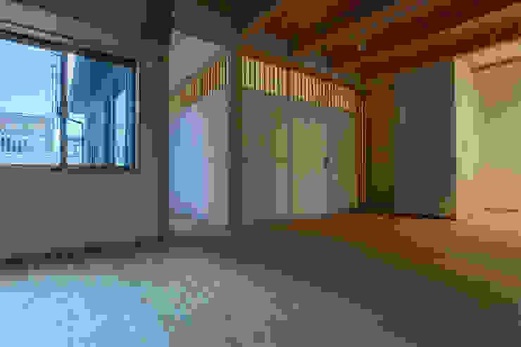 Phòng khách phong cách tối giản bởi 家山真建築研究室 Makoto Ieyama Architect Office Tối giản