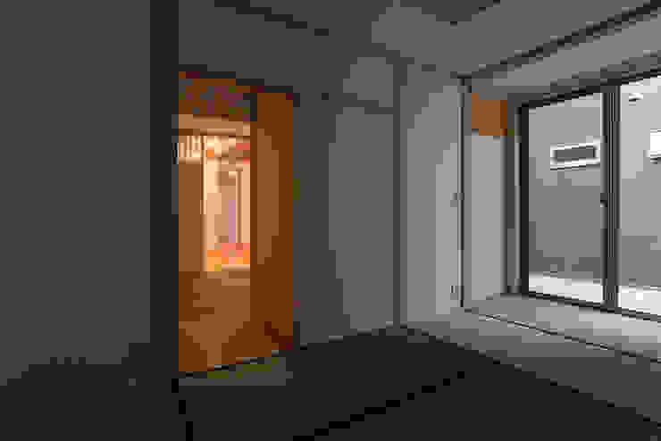 Phòng ngủ phong cách tối giản bởi 家山真建築研究室 Makoto Ieyama Architect Office Tối giản