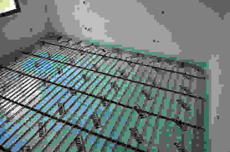 (4) Underfloor heating / piso radiante Casas de banho modernas por Dynamic444 Moderno