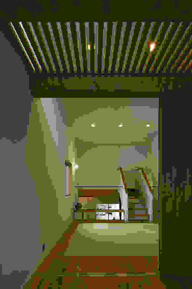 Sala multimediale eclettica di 浦瀬建築設計事務所 Eclettico