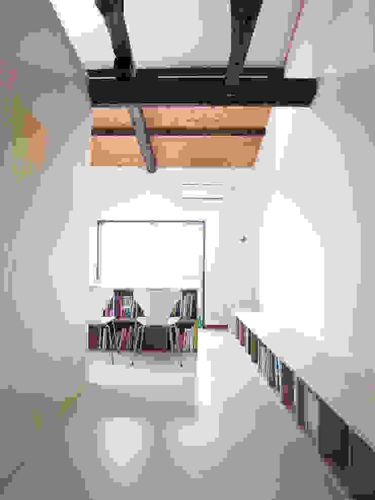 #200 モダンデザインの 多目的室 の ands design studio モダン