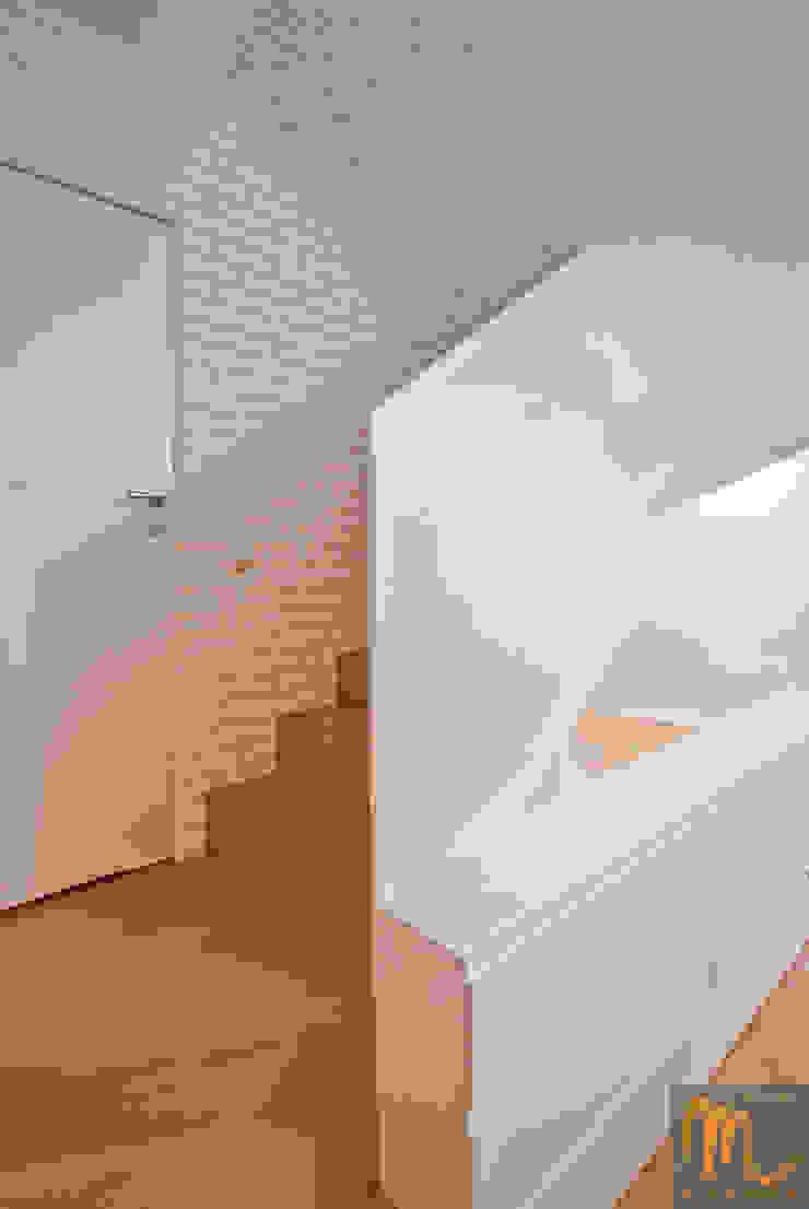 SASKA KĘPA Nowoczesny korytarz, przedpokój i schody od studio m Katarzyna Kosieradzka Nowoczesny