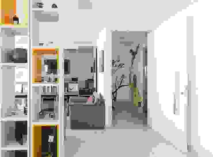 Pasillos, vestíbulos y escaleras de estilo moderno de VZ Arquitetas Moderno