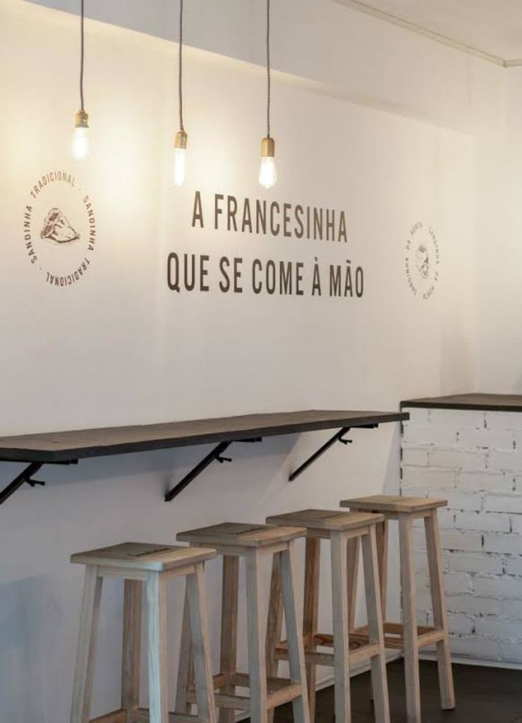 Minimalist bars & clubs by Prática 04 - Arquitetura e Engenharia Minimalist