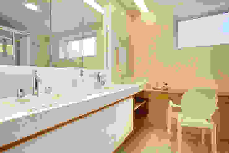 apartamento Peninsula - Barra da Tijuca: Banheiros  por Isabela Lavenère Arquitetura