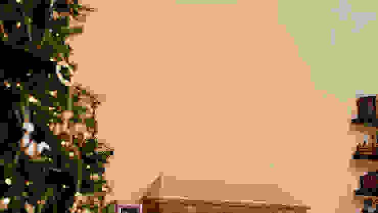 Pared sobre la chimenea antes de adornarla para Navidad. de MARIANGEL COGHLAN