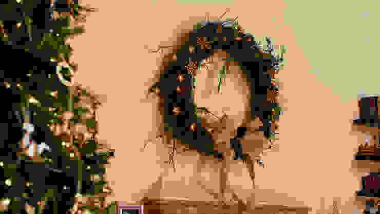 Después de adornar la chimenea con la tradicional corona navideña. de MARIANGEL COGHLAN