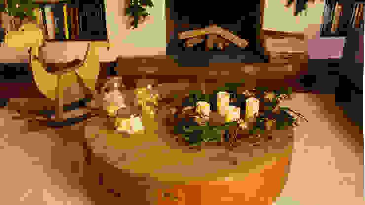 Mesa de centro de sala adornada para Navidad. de MARIANGEL COGHLAN
