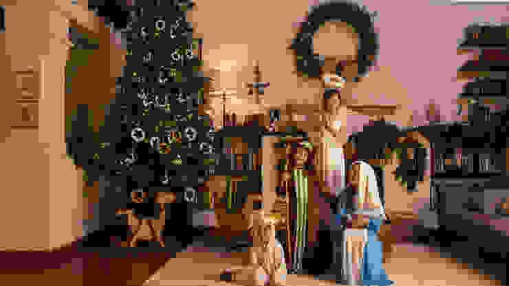 Sala adornada para Navidad con nacimiento viviente. de MARIANGEL COGHLAN