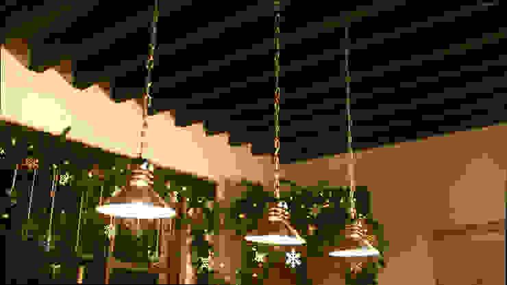 Adornando las luces en el techo. de MARIANGEL COGHLAN