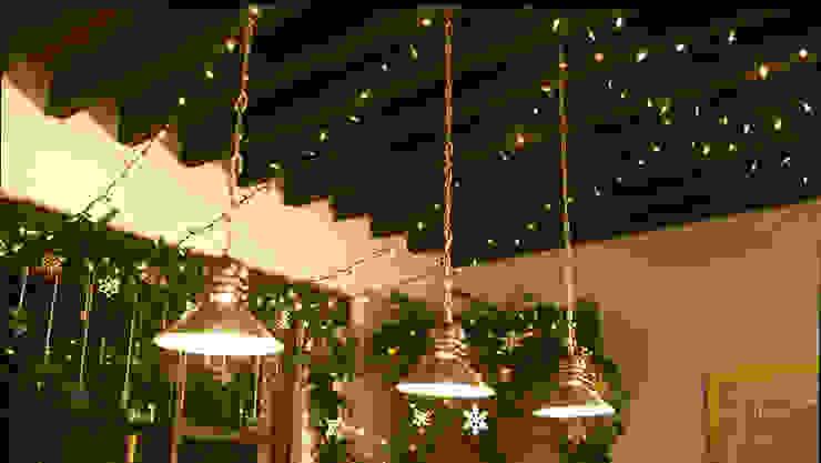 Colocando las luces navideñas en el techo. de MARIANGEL COGHLAN