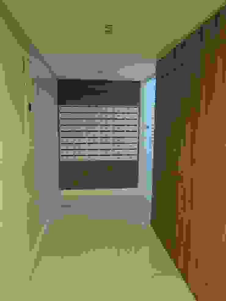 Caixa de correspondências Corredores, halls e escadas modernos por Tatiana Junkes Arquitetura e Luminotécnica Moderno