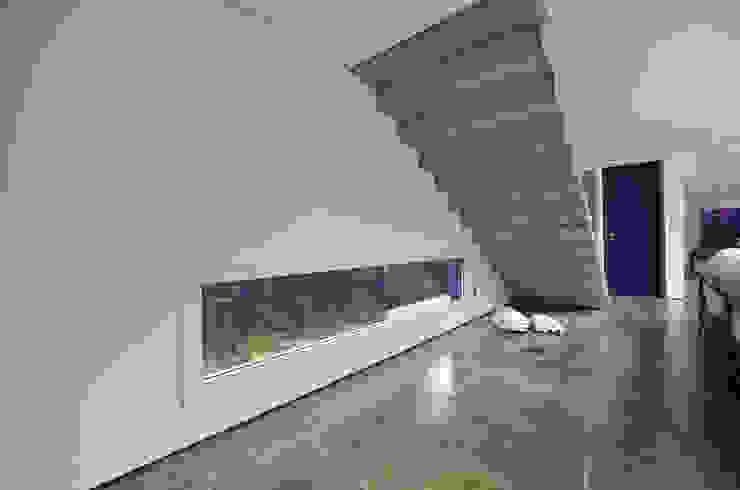 Pasillos, vestíbulos y escaleras modernos de HECHER YLLANA ARQUITETOS Moderno