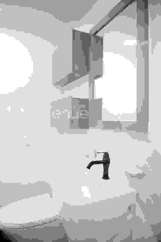 Baños de estilo moderno de 퍼스트애비뉴 Moderno