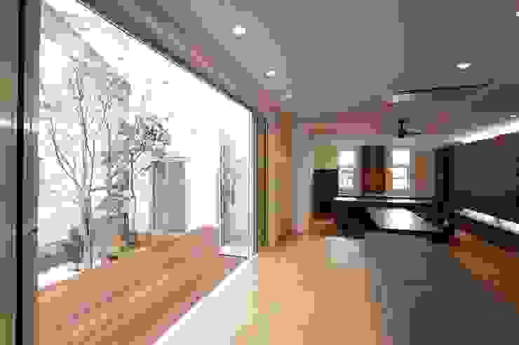 Villa Y: 株式会社山崎屋木工製作所が手掛けた折衷的なです。,オリジナル 木 木目調