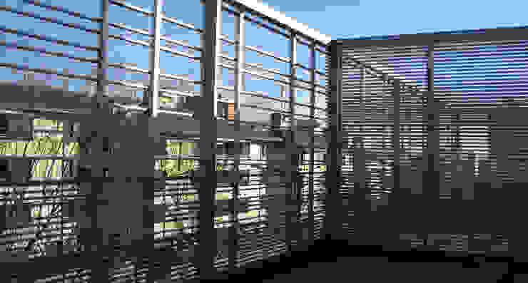 Nowoczesny balkon, taras i weranda od asieracuriola arquitectos en San Sebastian Nowoczesny Aluminium/Cynk