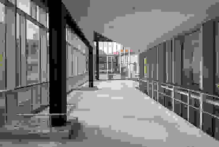 AUDITORIO Y CENTRO SOCIO-CULTURAL: Pasillos y vestíbulos de estilo  de asieracuriola arquitectos en San Sebastian