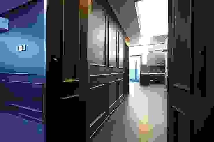 Corridor & hallway by DESIGNSTUDIO LIM_디자인스튜디오 림