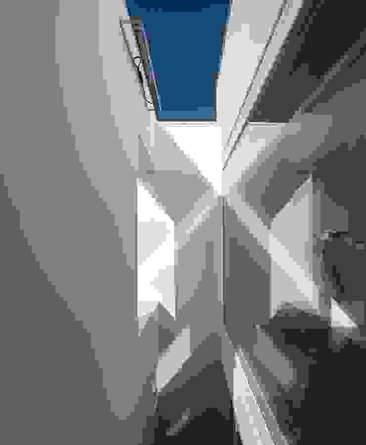 Behind the wall!! Varandas, marquises e terraços modernos por MARLENE ULDSCHMIDT Moderno