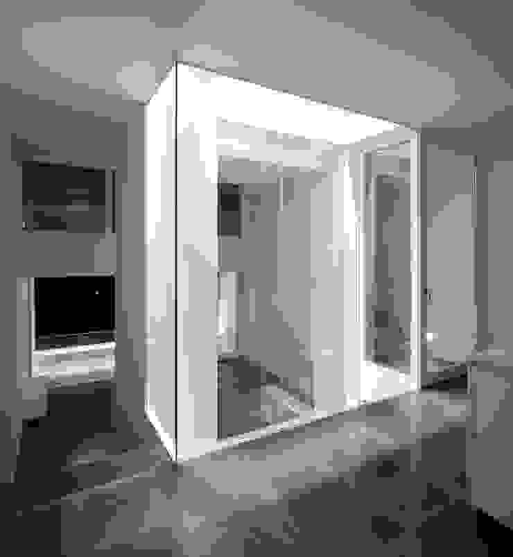 CASA 103 Corredores, halls e escadas modernos por MARLENE ULDSCHMIDT Moderno