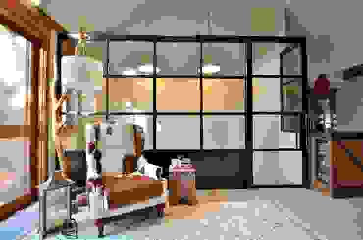 ar industrial Salas de estar modernas por karen feldman arquitetos associados Moderno Ferro/Aço