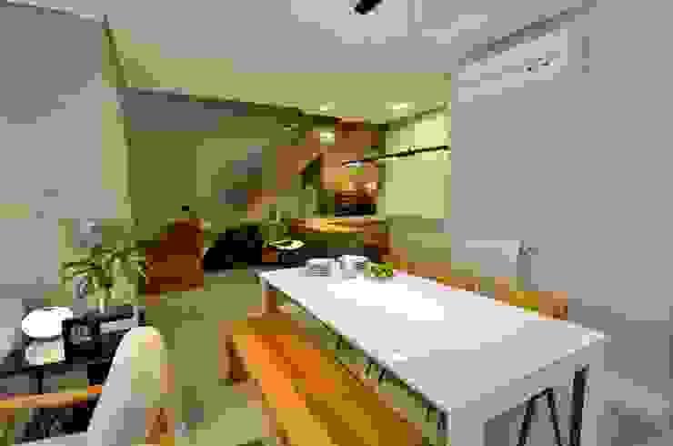 decoração despojada, acolhedora de linhas retas Salas de estar modernas por karen feldman arquitetos associados Moderno Concreto